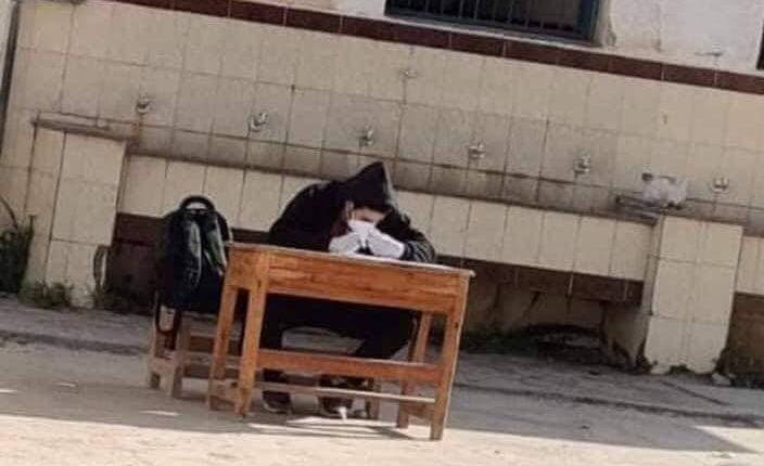 مدرسة تجبر طالب مصاب بالكورونا على حضور الامتحان بطريقة مهينة