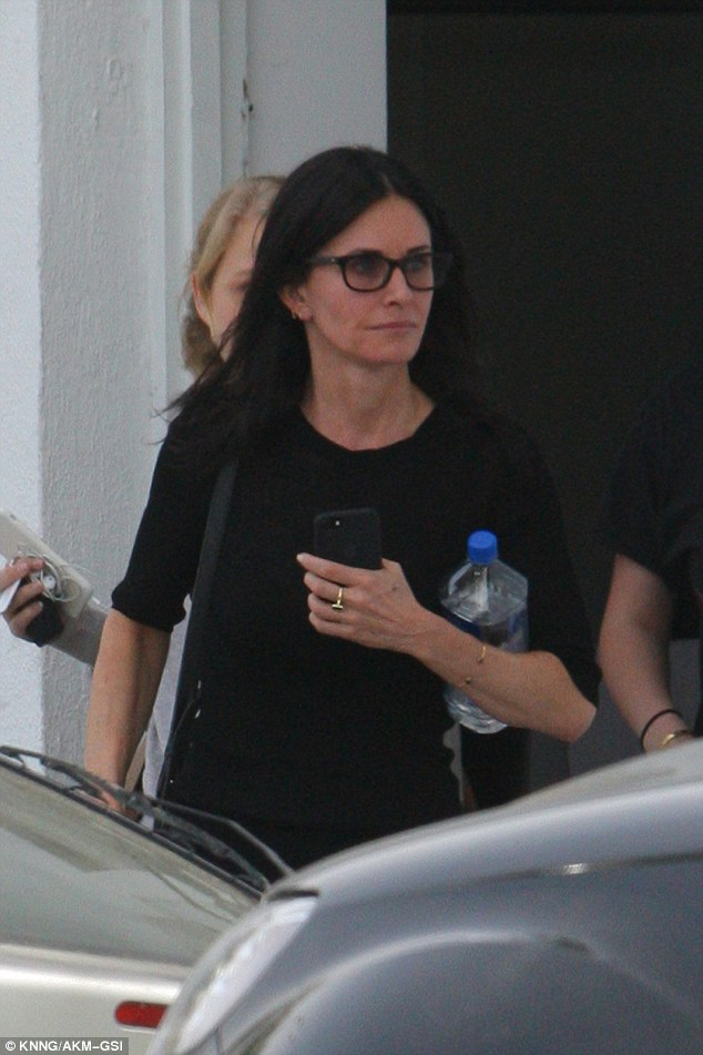 NDA0NDkxMQ53533E26D34600000578-4303456-Laid_back_The_52_year_old_actress_opted_to_wear_a_pair_of_black_-a-26_1489208796413