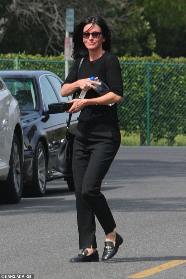 NDQxNTc0MQ84843E26D37200000578-4303456-Chilled_Courteney_Cox_looked_happy_and_relaxed_as_she_was_seen_s-a-25_1489208796404